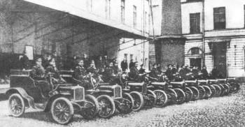 Десять почтовых автомобилей Лесснер во дворе Санкт-Петербургского почтамта