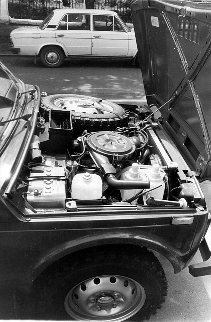 """Под капотом — 1,7-литровый карбюраторный двигатель с бесконтактной системой зажигания. Сегодня подкапотное пространство робко """"осваивают"""" дизели"""