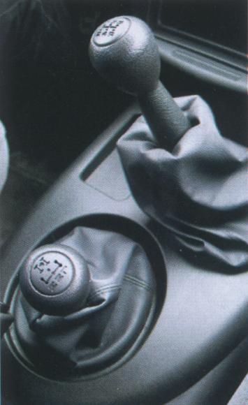 """Управлять """"Нивой"""" стало проще: вместо трех рычагов трансмиссии Chevy обходится двумя."""