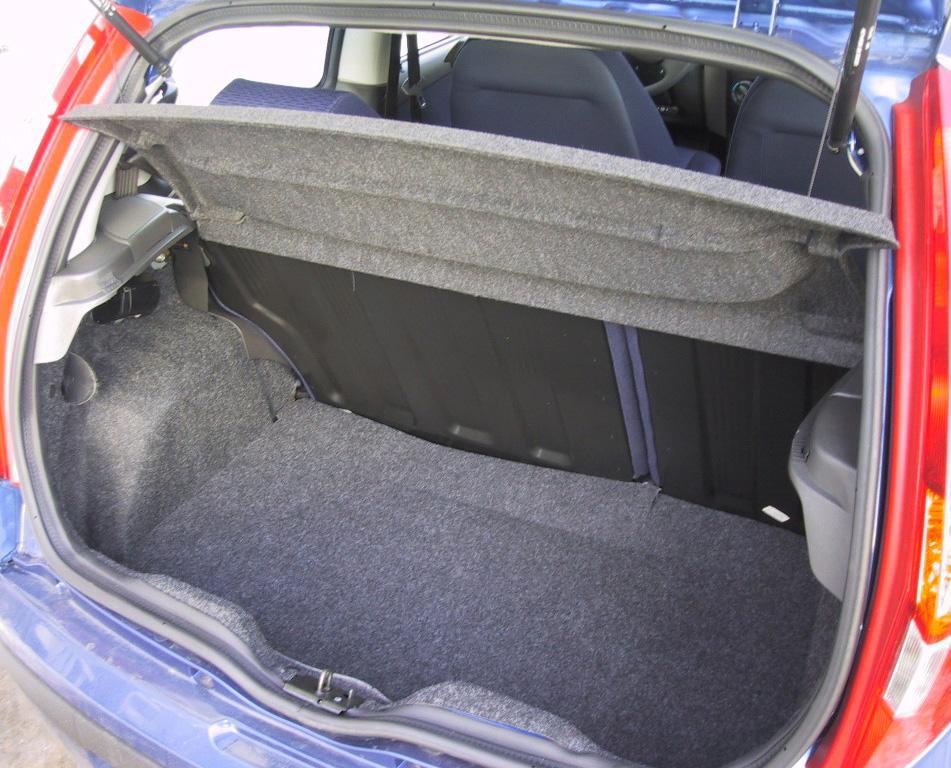 Fiat Punto: Багажник Punto зрительно кажется больше, хотя на самом деле его преимущество  составило всего ничего: 265 литров у Fiat против 260 у Opel Corsa.