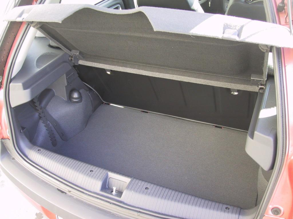 Opel Corsa: Багажник Punto зрительно кажется больше, хотя на самом деле его преимущество  составило всего ничего: 265 литров у Fiat против 260 у Opel Corsa.