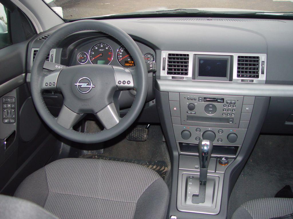 """Opel Signum: Внутри Signum совершенно ничем не отличается от """"Вектры"""", на основе которой он создан (панель приборов, органы управления и обшивки дверей полностью идентичные)"""