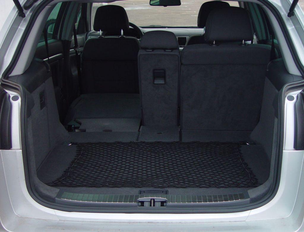 """Opel Signum: Багажник автомобиля откровенно мал – любой универсал, равно как и обычная Vectra с кузовом """"хэтчбек"""",  может вместить гораздо больше багажа"""