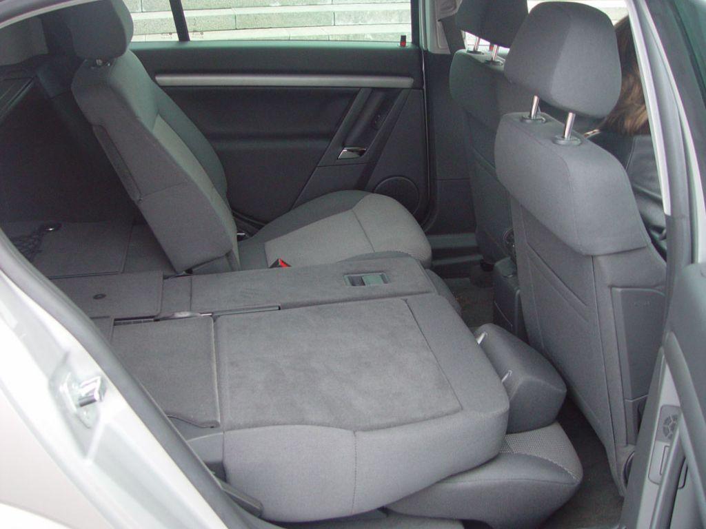 Opel Signum: Оба задних кресла можно складывать (вместе или раздельно), регулировать угол наклона их спинок или двигать взад-вперед. Очень необычная для легкового автомобиля схема